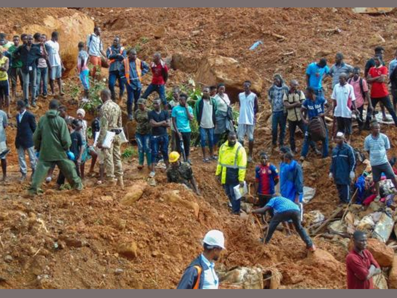 Mass burials begin for 300 Sierra Leone flood victims